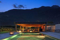 Pool des Vivere in abendlicher Beleuchtung