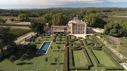 Ansicht von oben auf die Villa Baulieu mit Gärten und Pool
