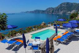 Pool mit Blick auf das Meer und die Küste in der Villa Frantoio