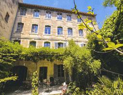 Garten und Haus des Les Jardins de Baracane B&B in Avignon