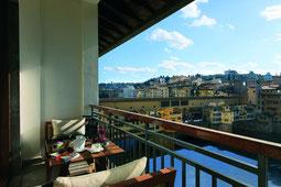 Blick vom Balkon auf den Arno und Florenz