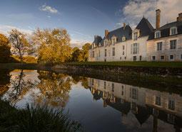 Chateau des Grotteaux spiegelt sich im Fluss