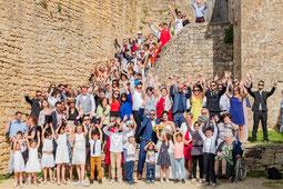 Photo d'un groupe famille à la sortie d'une église à un mariage près de Montauban