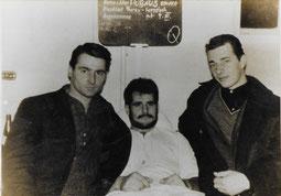 Der Herzstich-Ederl, der am Wiener Gürtel am Strich sein Geld verdiente, lag im Krankenhaus monatelang neben mir. Er wurde mein Freund. Das Bild zeigt ihn mit zwei Kumpanen.