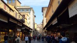 フィレンツェ最古のヴェッキオ橋の両側のお店はみんな宝石店!有名な観光スポットらしい。