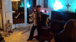 フランクフルトの知り合いのお宅でホームコンサート。ソロ演奏ではバッハのトッカータなど演奏。他に、バイオリンやチェロとのデュオも。楽しいひととき。