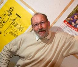 Michael Brischke vor dem ersten Plakat der Putzkolonne. (Foto WZ / U.Schinkel)