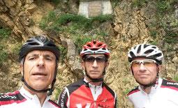 """Les trois mousquetaires devant la plaque """"Ocana""""."""