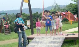 リニューアルオープンした子供広場。天気に負けず、子どもたちは元気いっぱい=バンナ公園