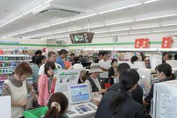 買い物客で賑わう店内=10日正午、ファミリーマート八重山支庁前店