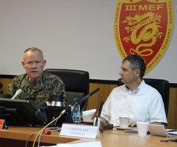 質問に答えるニコルソン中将(左)とエレンライク駐沖縄米総領事(右)=16日、キャンプコートニー