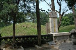 孔林の最奥部にある孔子の墓(後方の土盛り部分)