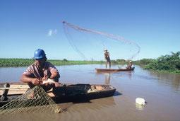 Indigene Fischer im Amazonas