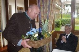 Vorstand Edmund Schimeta überreicht Dr.Fritz Reuss einen Geschenkkorb.