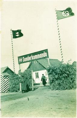 Das Lagertor von Sobibor im Frühjahr 1943. Durch das Tor wurden Jüdinnen und Juden aus der Region zu Fuß, auf Lkw oder Pferdefuhrwerken in das Mordlager getrieben. © USHMM