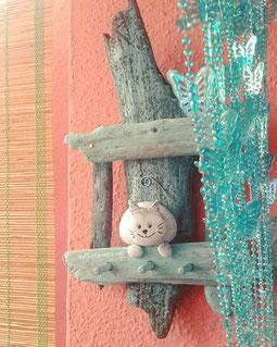 organizador bisutería, cuelga llaves, colgador mediterráneo, decoración mediterránea, piedras pintadas, gato pintado a mano, madera de mar, driftwood art, artesanía asturiana, jewelry organizer