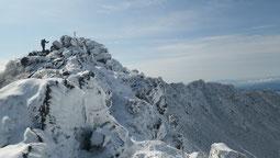 雪をまとった羊蹄山山頂