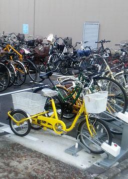 駐輪場に停められた三輪自転車