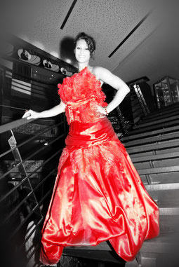 Red and beautiful: Model Katharina in einem Kleid von Claudia Scholl COUTURE [Foto: Stephanie Ragati]