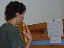 Lukas übt Panflöte