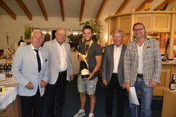 Stolz zeigt Florian Rauscher die Magnum-Flasche Champagner, die er als Gesamtsieger beim Silver Cup gewonnen hat - © Golfclub Reutlingen-Sonnenbühl e.V