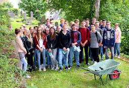 Eine Schülergruppe auf dem Jüdischen Friedhof in Attendorn