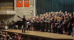 Abwechselnd leiteten die Dozenten - hier Wolfgang Zerbin - die Chorbeiträge zum Abschluss des Gospel-Workshopwochenendes in der Hückelhovener Aula. Foto: Renate Resch