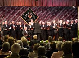 Der Männergesangverein Liedertafel Holzweiler, unterstützt von Sängern aus Erkelenz und Lövenich, bot beim Konzert unter Leitung von Gerd Faßbender ein unterhaltsames Repertoire.     FOTO: Ruth Klapproth