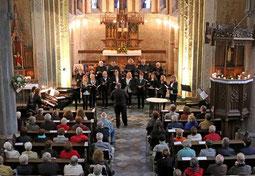 Ein aufmerksames Publikum fanden Chor und Instrumentalisten beim Sommerkonzert des Vereins Pro Musica in der alten Kirche Steinkirchen. FOTO: Jürgen Laaser