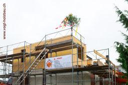 Fertige Aufstockung in Holzelementbauweise auf einem bestehenden Gebäude Dani Vogt D. Vogt Holzbau GmbH CH 8855 Wangen SZ mit Fenster Türen Balkon Flachdach Vordach Fensterbänken auf Betondecke