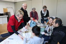 (v.l.) Ingrid Schmitz, Pfarrer Karl-Heinz Sülzenfuß, Pfarrerin Cornelia Oßwald und Diakonin Beate Albert überreichen Tüten und Gutscheine in der Caritas-Diakonie-Sprechstunde. (Foto:  Fröhling)