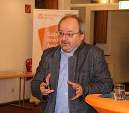 Prof. Dr. Herbert Haslinger bei seinem Vortrag im Stiftssaal  von St. Margareta (Foto: A. Fröhling)