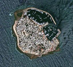 Vue aérienne de l'île de Rouad. Temple de Paris
