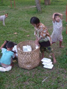 Enfants des rues récupérant de la nourriture.
