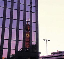 © Condor Versicherung - Glasfront des condor Gebäudes in Hamburg mit Spiegelbild St. Michaelis