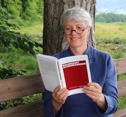 """Prof. Dr. Veronika Hammer mit Buch """"Balanceakt Alleinerziehend"""""""