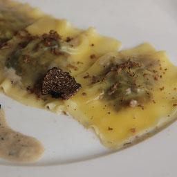 Raviolis chinos rellenos de setas con salsa de trufas