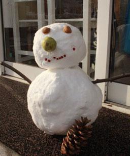 冬は、ゆめのみ保育園の玄関では雪だるまさんがお出迎え