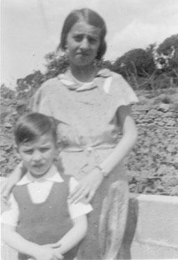 Pierre mit seiner Schwester Yvonne