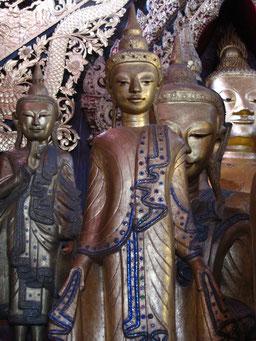 Buddhas in einem Kloster in Myanmar