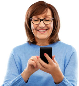 Frau mit Smartphone und Gleitsichtbrille
