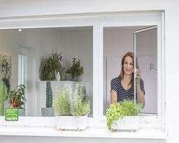 Fliegengitter-Drehrahmen ist beweglicher Insektenschutz für Fenster, Insektenschutz-Pendelfenster bei Lamellen Junker in Langenselbold