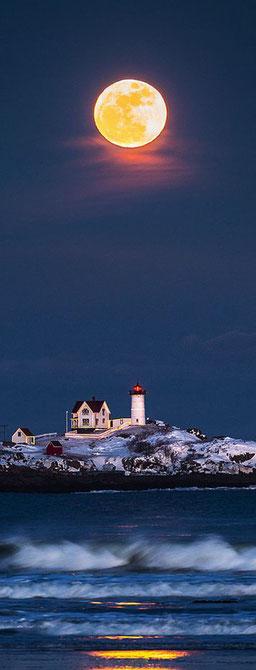 Luna plena al far Nuble Maine, USA.