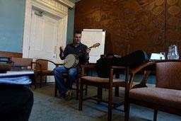 バンジョーとマンドリンのレクチャーを担当のブライアン・フィッツジェラルド。オールアイルランドフラーで優勝した経験のあるバンジョー奏者で本人もこの講座を受講したことがあるそうです。