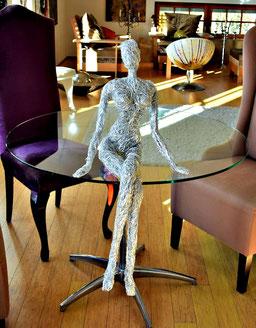 Drahtskulptur JULIA sitting round table