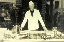Fredi de Vries, am Fischwagen von Peter Peters (Fisch Peters, Dünenstr.) war sein Onkel.