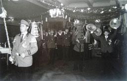 Spielmannszug mit Tambormajor Kalli Saathoff, im Friesenhof