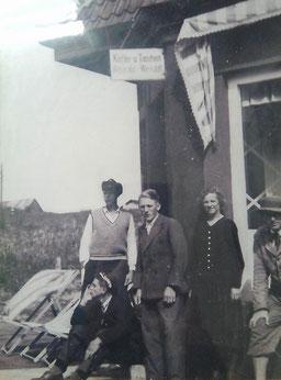 1934 - Sofie und Franz Kattwinkel in ihrem ersten Laden. Ecke: Haus Mund. Ganz links Karl Dirks,     Archiv:Kattwinkel