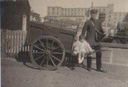 1934, der Postbote in der Friesenstraße vor Villa Anneliese