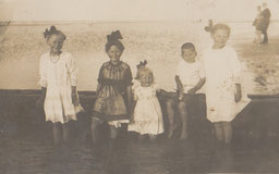 Juister Kinder an einer der Buhnen am Strand, ca. 1920